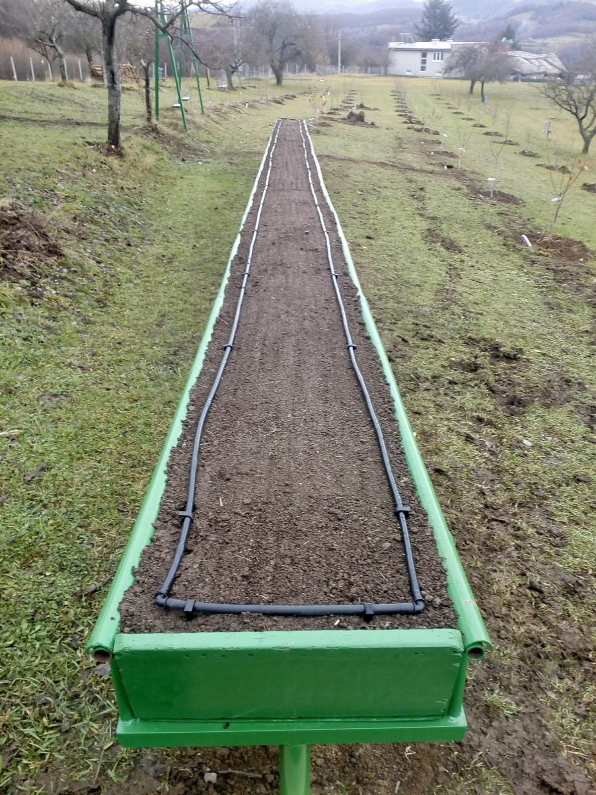 Ako som robil vyvyseny zahon na jahody - Dorobenie kvapkovej zavlahy , 40 cm odstup kvapkacov na hadici