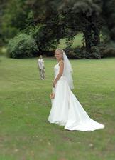 Novomanželé v oku fotografa na zahradě zámku III.