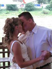 Již manželská pusa při hostině :o)