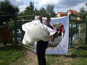 ... a pronést nevěstu v náruči....úkol splněn