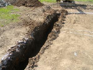 27.6.2012 - Vyzera to rovno, ale poda je kamenista takze sa boky zosipavaju
