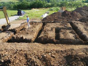 27.6.2012 - Tesne pred dokoncenim dnesnych vykopov bagrom, zajtra pokracujeme rucne