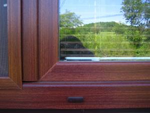 Detail okna - barva makore