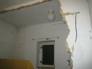 vybouraná zeď do špajzu