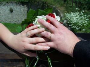 naše prstýnky (ženich svůj ztratil přesně týden po svatbě na sjezdu Vltavy na raftech :( ! )