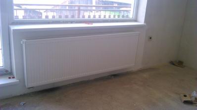 nove radiatory na poschodi osadene. vrch radiatory a spodok podlahove kurenie.