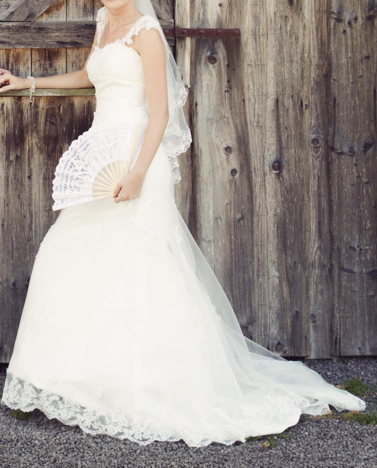 čipkované svadobné šaty s vlečkou - Obrázok č. 1