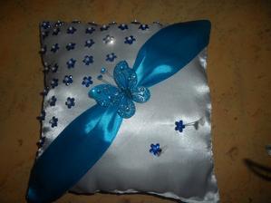 Je krásně tmavě tyrkysový, ale na fotce vypadá do modra :-(