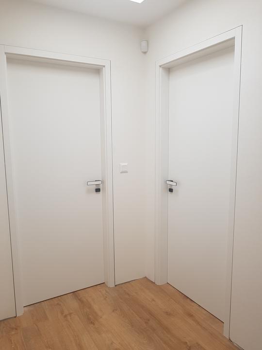 Prosí holky,čí jsou tyto dveře jsou moc krásné... Jsou asi od Sapeli...jen nevím ,co jo t za materiál?? jestli a)barvou lakované ,b) cpl laminát, c)vysoce leskl/matné..děkuji za info - Obrázek č. 1