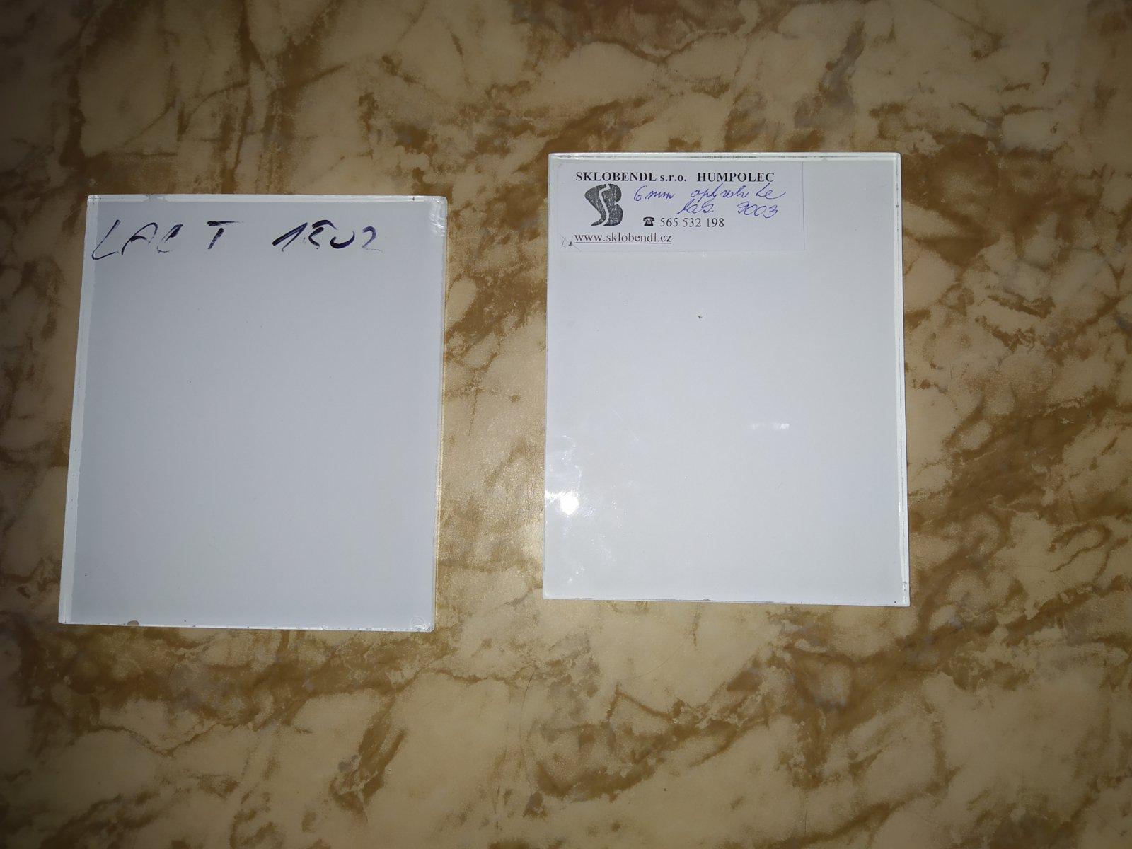 Ahojky,potřebuji poradit...Kdo má bílé ,kalené 6mm sklo za kuchyńskou linkou. 1.kalené -LACT 1502(málo bílé), a druhé je vykalené a pak nalazurované optiwhite  9003...je fakt,že na vzorku jsou vidět tečky,mapy..je hodně bílé... - Obrázek č. 1