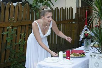 příprava večerní hostiny u rodičů