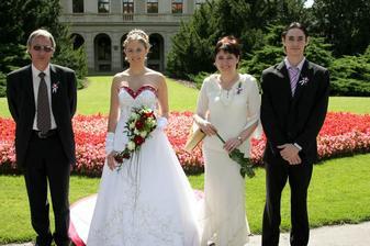 Společná fotka rodiny nevěsty ještě před obřadem.