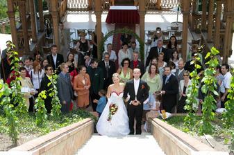 a tady jsou všichni svatebčané...až na fotografa:-)
