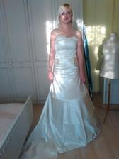 Až na ten výraz...;-) látka na sukni je jen aby provizorně a přes bude ještě tylova sukne