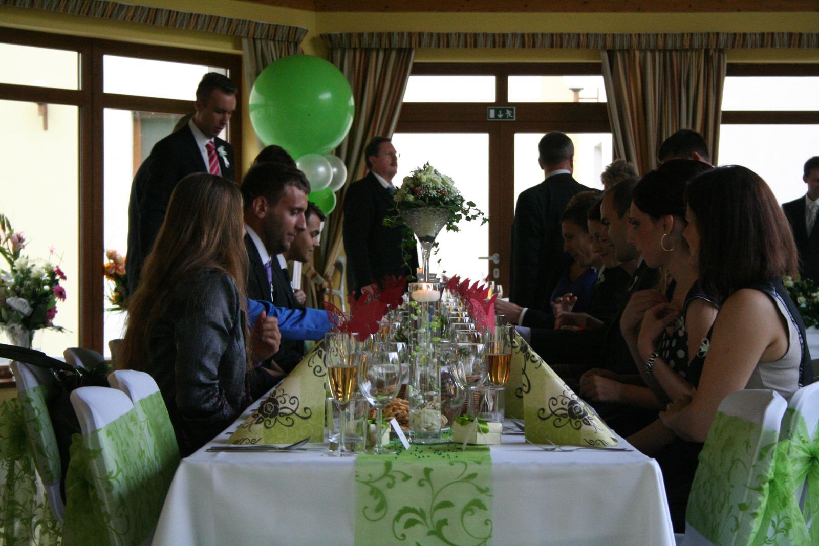 Katka{{_AND_}}Marek - Vzadu vidno balonovu vyzdobu aj z velkych balonov - hore sme potom mali zopar este vacsich :)