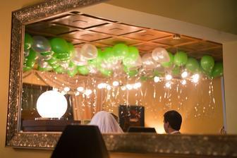 Vo vestibule pred salou bol nizsi strop, tak tam sme dali 150 ks heliovych balonikov v zelenej a perletovej farbe