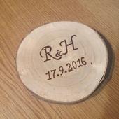 Dřevěné kolečko na prstýnky s vypálenými iniciály ,