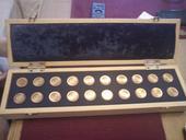 Dřevěná krabička na peníze s vypálenými inicály,