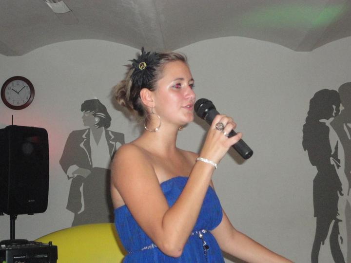 Sestřenka zazpívala první svatební píseň pro novomanžele