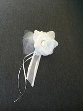 Růžičky na kliky, jestě přidáme organézu na kapotu a stuhy na anténu a okna :)
