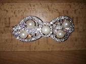Štrasová spona s perlami.,