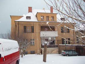 zimní pohled ze zahrady (okna v druhém patře už jsou vyměněná)
