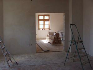 srpen 08: čerstvě vyštukovaný obývák a pohled do pokojíku už se záladním nátěrem.