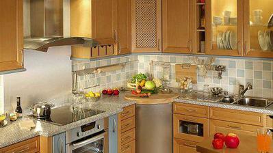 Takhle vypadá kuchyně v reálu (v kuch. studiu, my budeme mít jinou prac. desku, mléčné sklo, barvu jen dřevo, né ty modré hentyoné ;) )