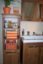 Nábytek do koupelny (díky Alčo), jen místo regálu máme závěsnou skříňku.