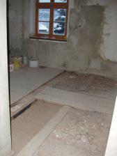 Jeden z oříšků, který musí děda řešit...překlad v kuchyni, který zvedá podlahu a překáží vedení odpadu. Kdysi na tom stály kachl. kamna.