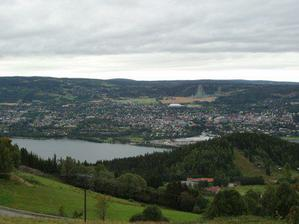 Pohled na Lillehammer. To bílé uprostřed je olympijská hokejová hala, nad ní skokanské můstky. My bydlíme od zimáku nalevo.