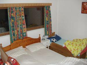"""Takhle spíme...ložnice je na místní poměry obří, ale vměstnat do ní 4 lidi...naše """"manželská"""" postel je celých 150 cm široká :-O"""