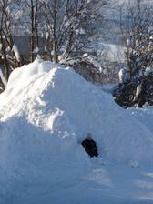 Kdyby někomu chyběl sníh, my ho můžem rozdávat...takovýhle hromady jsou kolem domu nejmíň 4...a z centra to vyváží náklaďáky :-D