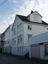 Náš dům - bydlíme v přízemí, dveře a oknu na ulici vede do sklepa.