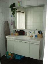 A koupelnička se sprchou (záchůdek je vedle sprch. koutu)