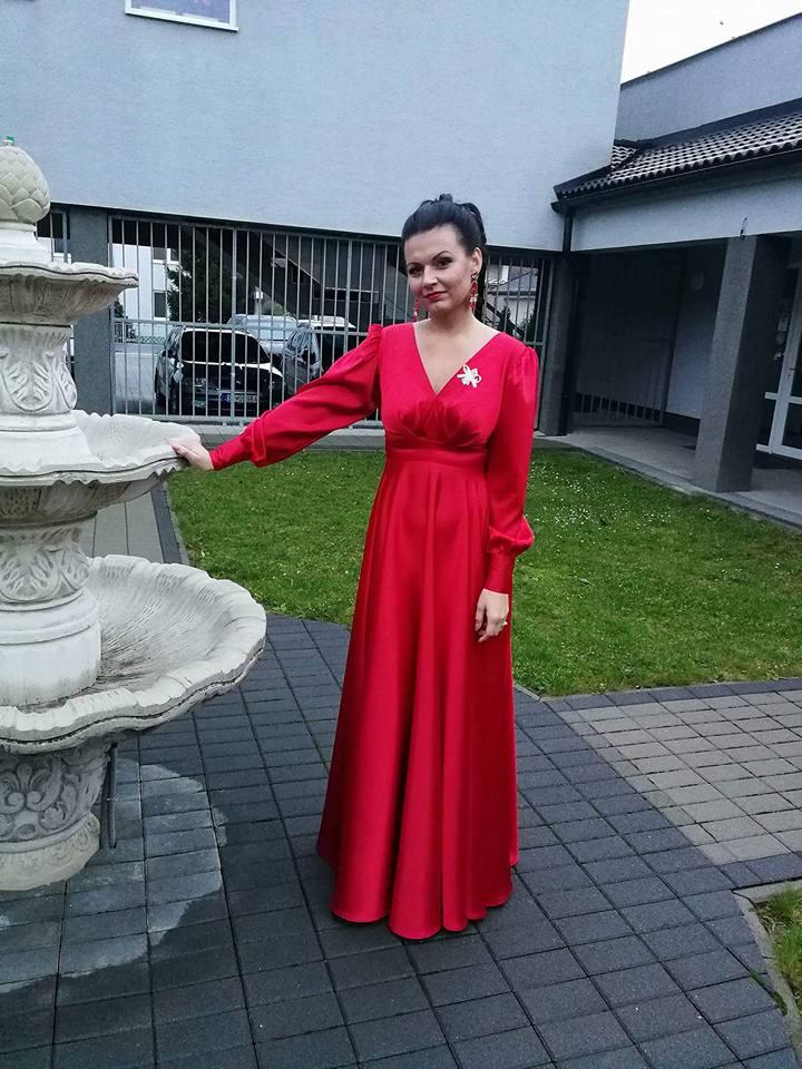 Červené saténové šaty  - Obrázok č. 2
