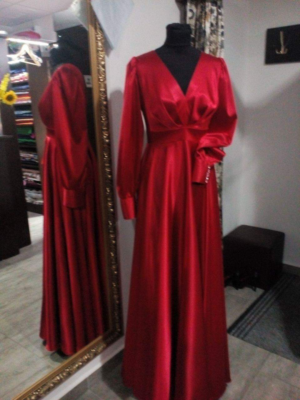 Červené saténové šaty  - Obrázok č. 3