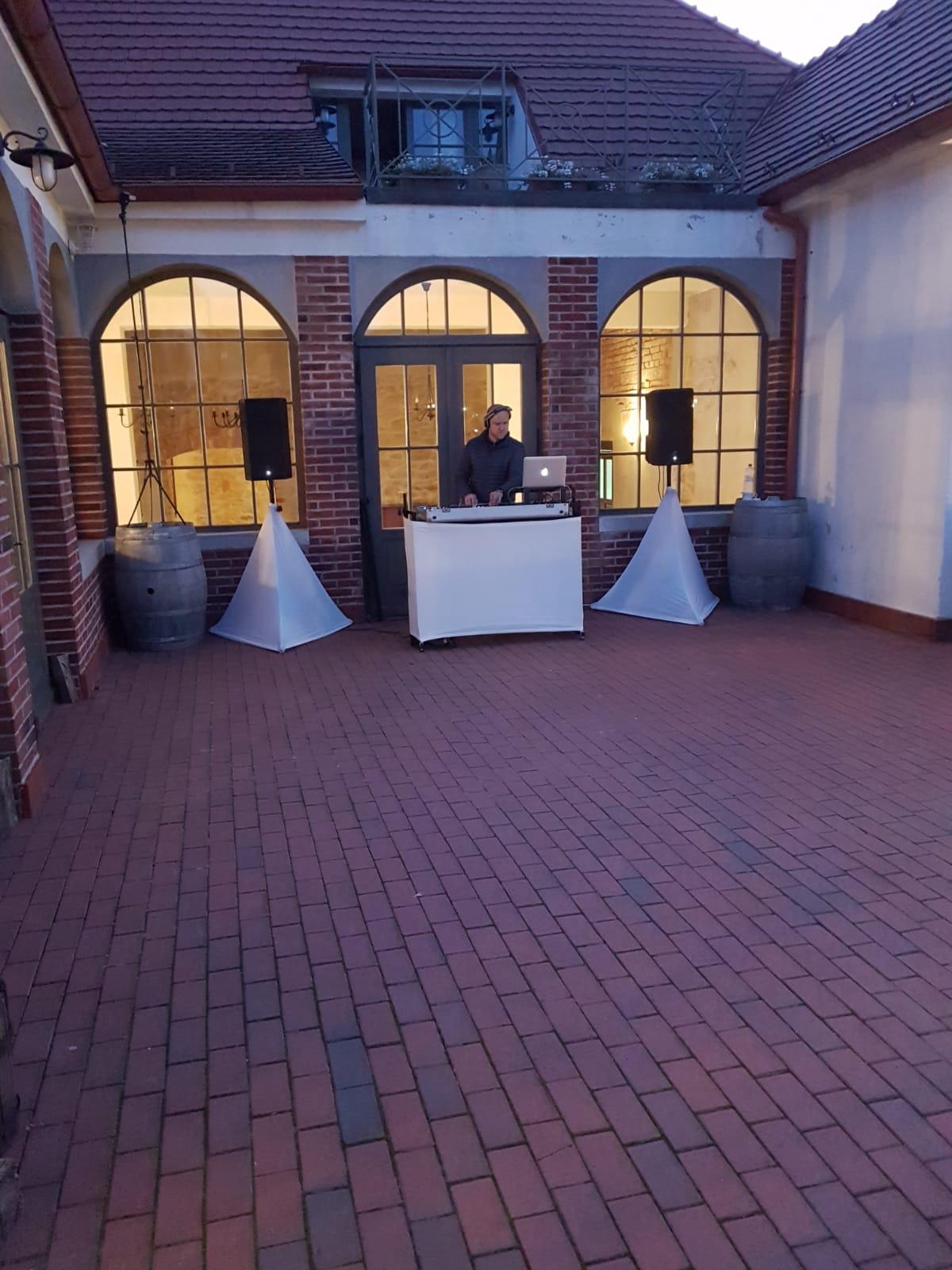 Svadba vo Wiegerovej vile - DJ a vonkajší tanečný parket- príprava na prvý tanec