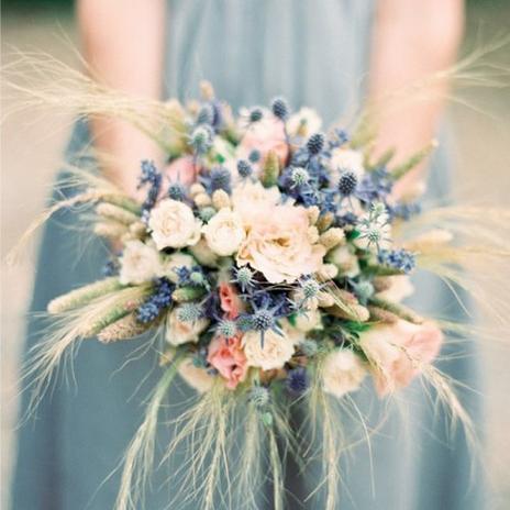 Květiny a výzdoba - Možné řešení propojení svatební kytice s výzdobou, tentokrát se tam zase ale nehodí ten eukalyptus.