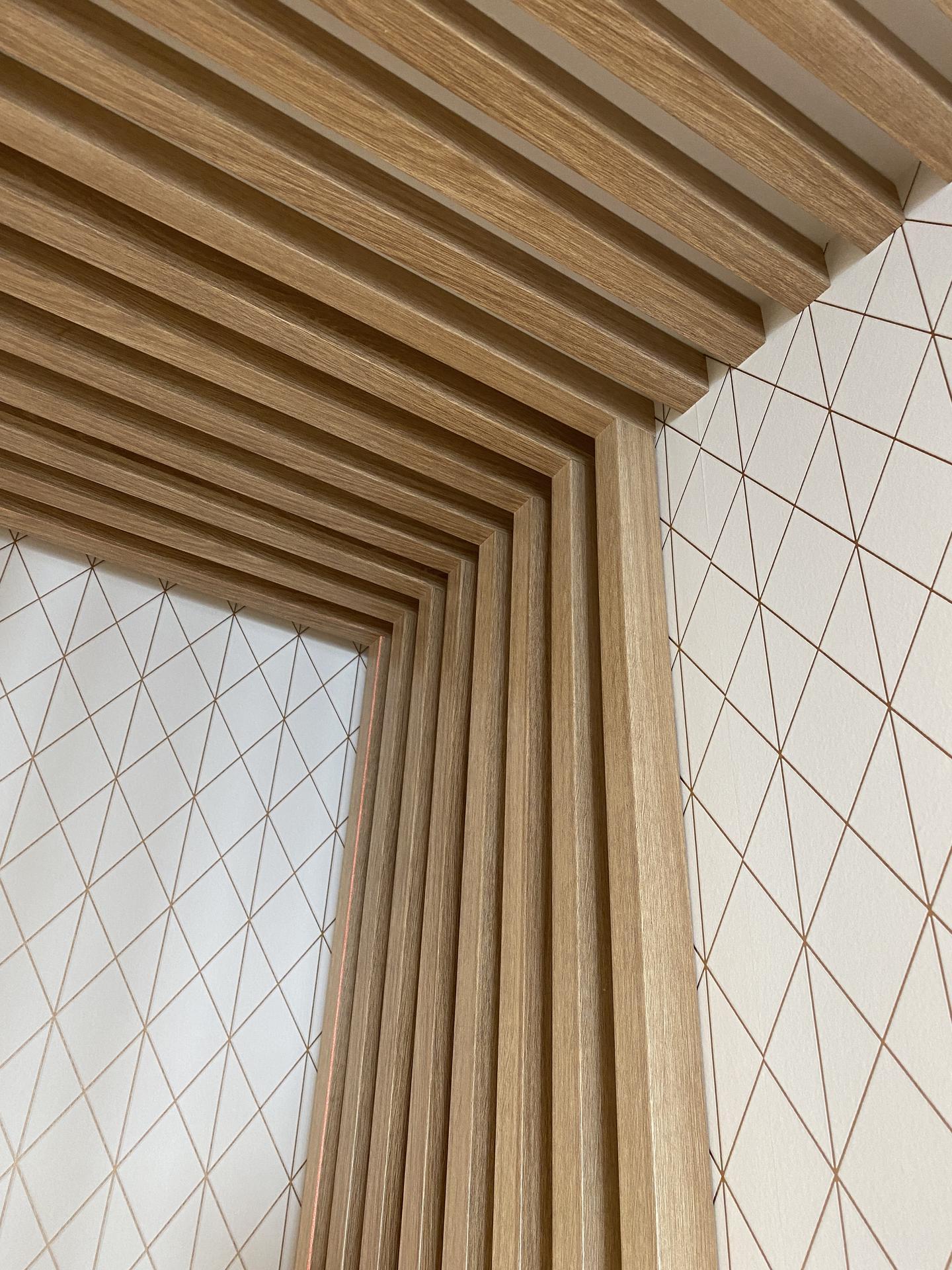 Lamelová stena Limbach - lamelová stena, lamelový strop, lamely na stenu, lamelový obklad, stenové lamely, montáž lamely, samostatné lamely, dubové lamely, interiérové stenové lamely 12