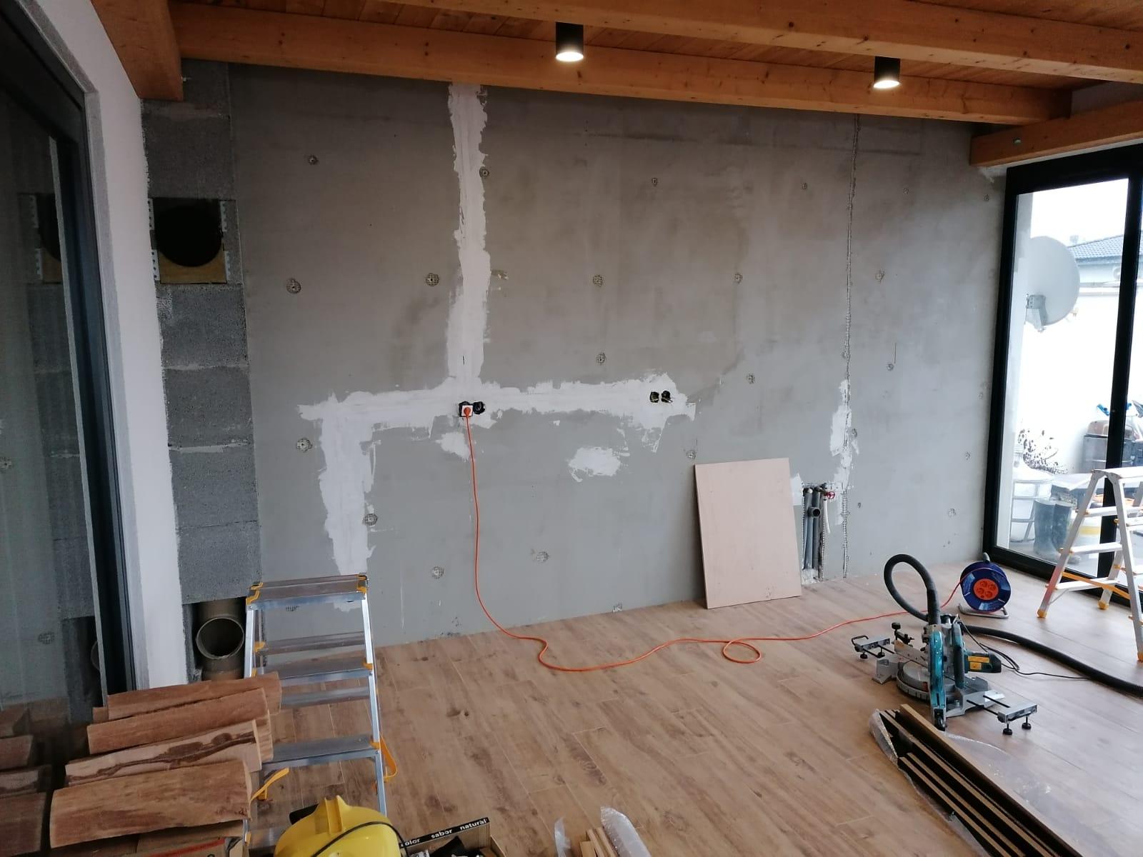 Lamelová stena Senica - lamelová stena, lamelový strop, lamely na stenu, lamelový obklad, stenové lamely, montáž lamely, samostatné lamely, dubové lamely, interiérové stenové lamely 1