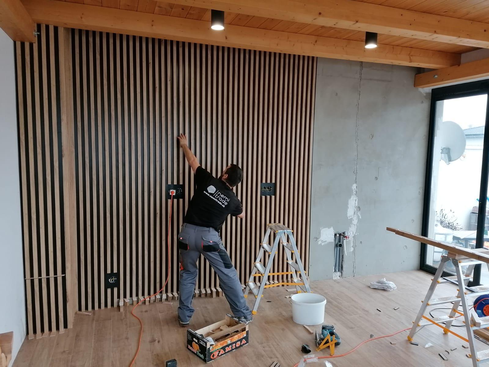 Lamelová stena Senica - lamelová stena, lamelový strop, lamely na stenu, lamelový obklad, stenové lamely, montáž lamely, samostatné lamely, dubové lamely, interiérové stenové lamely 3