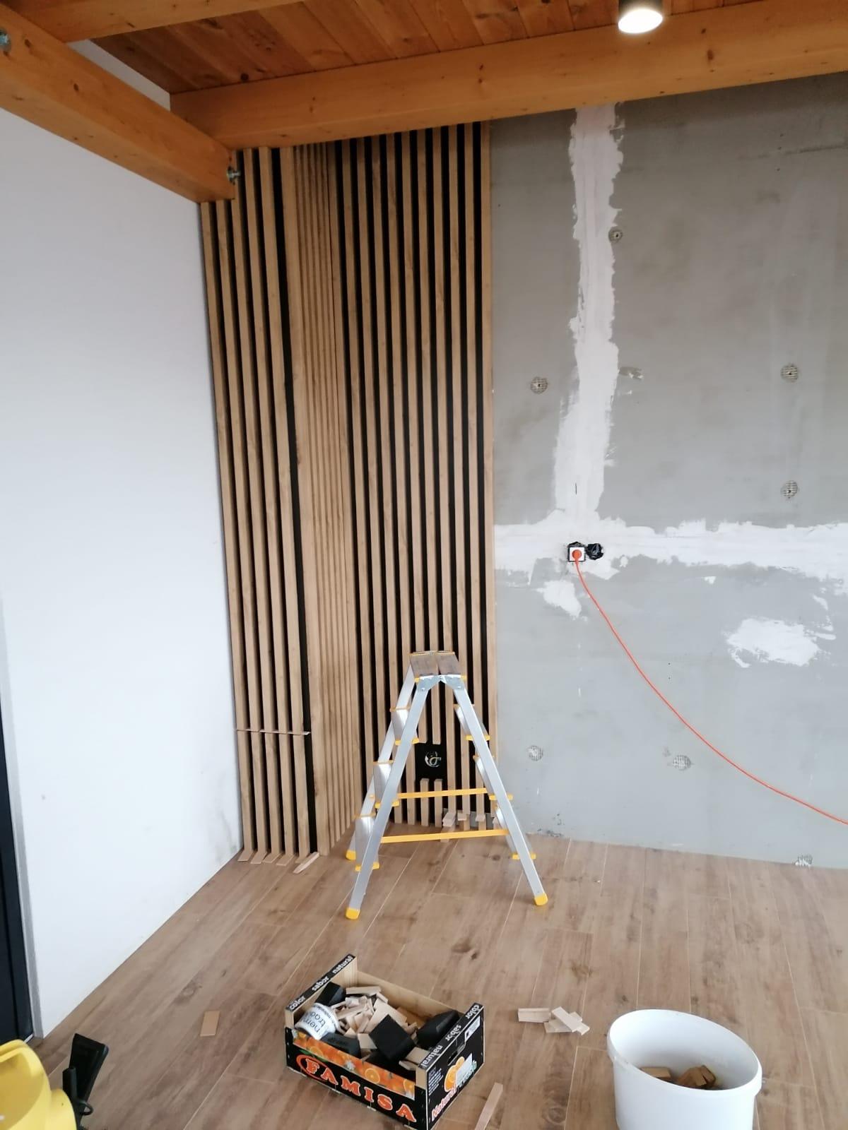 Lamelová stena Senica - lamelová stena, lamelový strop, lamely na stenu, lamelový obklad, stenové lamely, montáž lamely, samostatné lamely, dubové lamely, interiérové stenové lamely 2