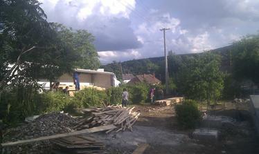 doslo drevo na strechu, bude s cim kurit :)