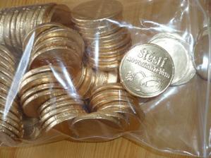 čokoládové mince :-) - snad přežijou léto...