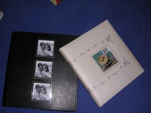 Narazila jsem na krásná fotoalba, to černé je na zasunování fotek, bíle album na nalepování... Od každého trochu :-)