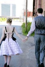 Úžasné šaty, to šněrování, knoflíčky, puntíky, volánky, tylová spodnička... (http://www.flickr.com/photos/princesslasertron/2570129394/in/set-72157605548684552/)
