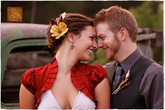 krásně zpracované bolerko a pěkně udělané vlasy ( http://thebridescafe.com/?postID=570&real-wedding-cori-evan )
