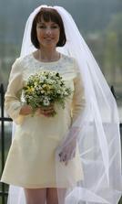Krátké šaty a dlouhý závoj, super nápad, škoda že na to nemám nohy (http://www.linie-praha.net/svatebni-saty/nase-nevesty/IMG_4619_a.jpg.php)