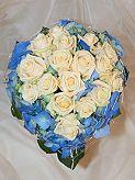 kytku bych chtěla modrou hortenzii s bílými růžemi